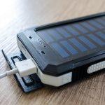 Come scegliere il migliore caricabatterie solare USB